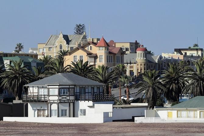 Ferienwohnung zum Mieten starten grundsätzlich bei etwa 200 Dollar pro Nacht. Als Käufer muss man aber auch für sie wieder tiefer in die Tasche greifen. Vor allem in Windhoek kann man für eine reguläre Ferienwohnung schon mal 90 000 Dollar bezahlen. (#06)