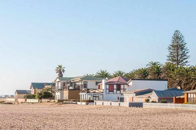 Im puncto Zimmer ist das Angebot an Immobilien in Namibia riesig. In Swakopmund, das liegt in der Region Erongo direkt an der südatlantischen Küste, kosten die Ferien-Zimmer zur Miete etwa 2 500 Dollar pro Monat. (#07)