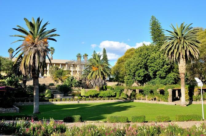 Gründe für die Wohungsnot und die explodierenden Preise, vor allem in der Hauptstadt Windhoek, sind die Arbeitslosigkeit und Wasserknappheit im Land. Jeder Zweite ist arbeitslos. Sie zieht es nach Windhoek. (#03)