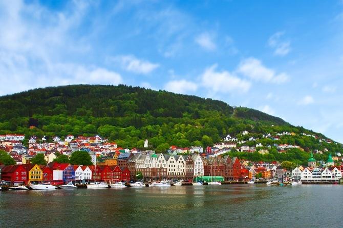 """Das erste Bild, das einen von Norwegen in den Sinn kommt, ist aber leiser als """"Der Schrei"""": Fjorde, Ruhe, Stille am Meer und atemberaubende, malerische Landschaften. Im Sommer können die sogar 24 Stunden lang bestaunt werden, denn während der Sommerzeit geht die Sonne einige Wochen im Jahr gar nicht unter. (#02)"""