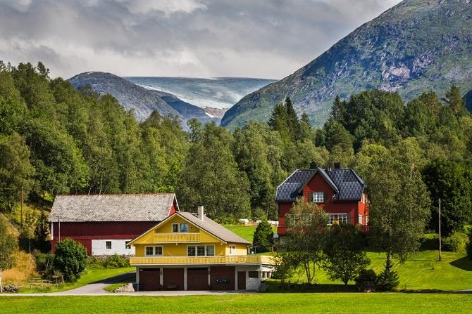 Das ist vor allem für den Immobilien-Markt in Norwegen von Bedeutung. Die Einreise ist für Deutsche somit ein Kinderspiel, ebenso der erste Urlaub. Bevor man sich nämlich ernsthaft nach Immobilien in Norwegen umschaut, wird ein kleiner Abstecher umbedingt empfohlen.(#01)