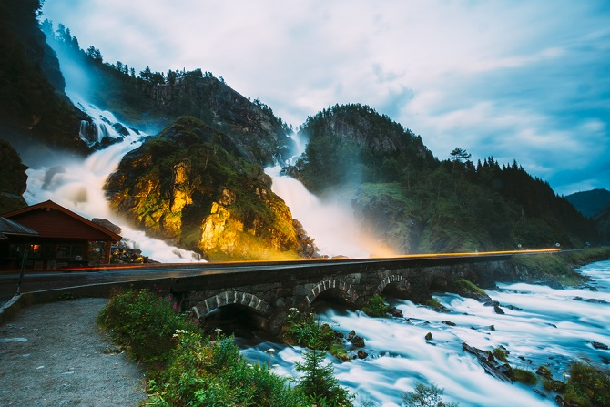 Wer auf norwegischen Autobahnen unterwegs ist, muss aufpassen. Für einige Straßen gelten Mauten. Die Rechnung gibt es per Post.(#06)