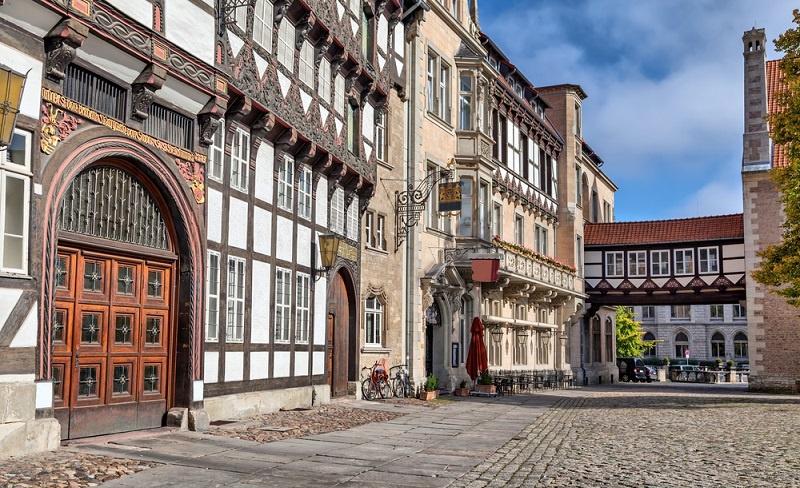 Wer auf der Suche nach einer Wohnung, einem Zimmer oder sogar einem Haus in Heidberg ist, der stellt schnell fest, dass Braunschweig ebenfalls von der Wohnungsnot betroffen ist. Dies führt zu steigenden Preisen, wenn man kaufen oder mieten möchte. Je nach Größe der Wohnfläche können hohe Kosten zusammenkommen.
