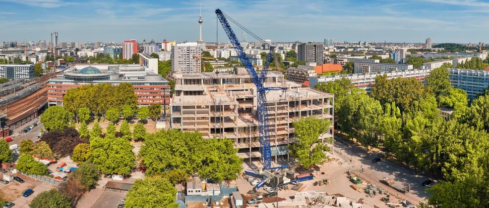Die Modernisierung der Immobilien in Berlin lässt Mieten ebenfalls ansteigen. Andererseits wird so die Qualität von Immobilien langfristig erhöht, was auf Dauer auch den Mietern zu Gute kommt. Kurzfristig belasten jedoch die rasant steigenden Mieten den Berliner Mieter enorm. (#3)
