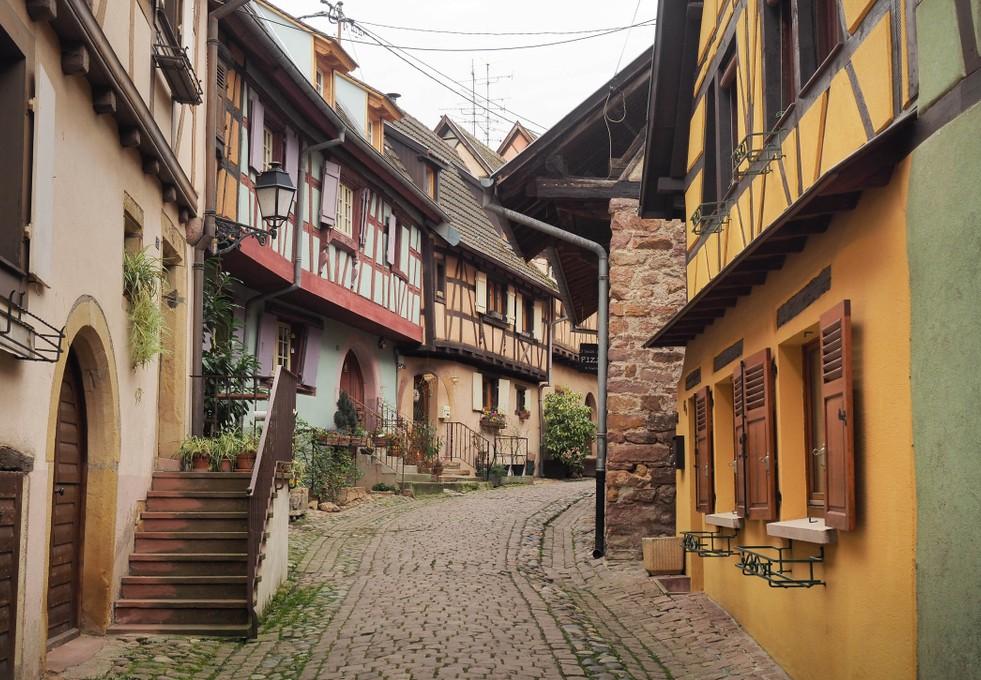 Entlang der Elsässer Weinstraße stehen eine ganze Reihe pittoresker Fachwerkhäuser. Auch diese Elsaß-Immobilie steht in Eguisheim. (#3)