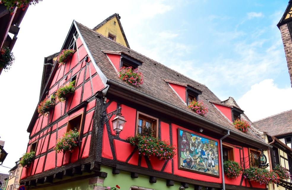 Das Rote Haus ist eine Elsaß-Immobilie der besonderen Art.  Das Fachwerkhaus steht ebenfalls in Riquewihr. (#9)