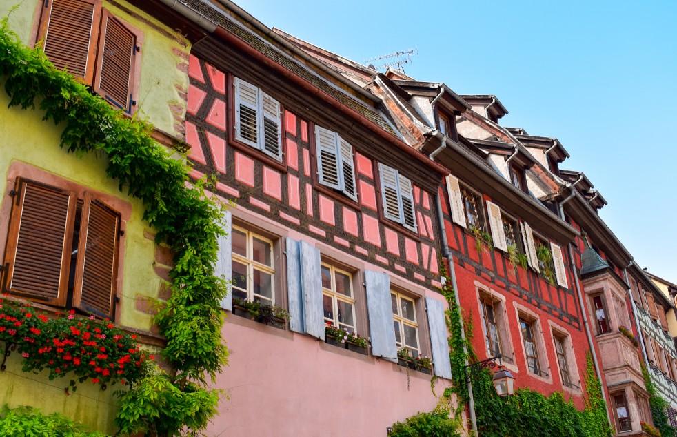 Der Ort Riquewihr ist nicht weit entfernt. Diese ebenso romantische wie imposante Elsaß-Immobilie steht in eben diesem Ort. Auch Riquewihr hat an Fachwerkhäusern so einiges zu bieten. (#7)