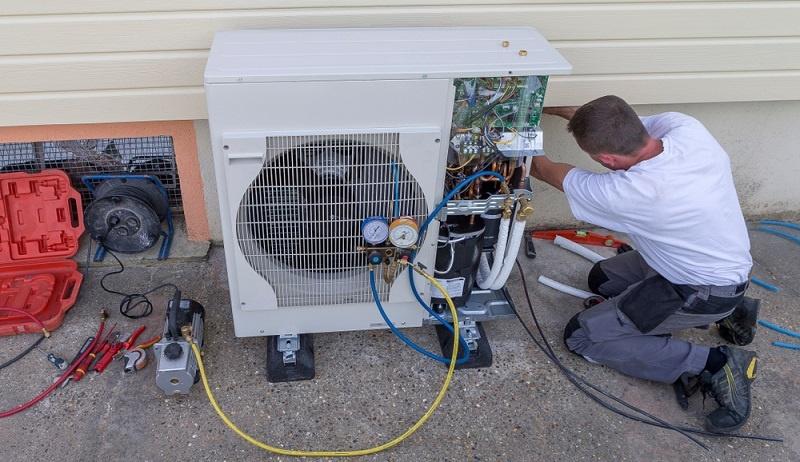 Geförderte Einzelmaßnahmen sind zum Beispiel der Einbau thermischer Solarkollektoren mit bis zu 40 m² Bruttokollektorfläche und der Einbau von Biomasseanlagen mit Heizleistungen zwischen 5 und 100 Kilowatt. Auch Wärmepumpen und kombinierte Heizungsanlagen werden gefördert. (Fotolizenz -Shutterstock: _JPC-PROD)