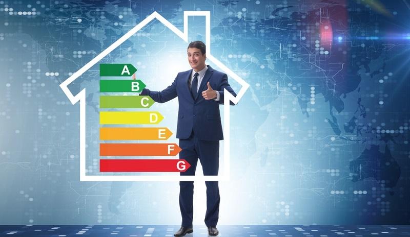 Ein Energieberater ist in jedem Fall für Sanierung oder Bau zu beauftragen. Dieser kann zusätzlich von der KfW gefördert werden.  ( Foto: Shutterstock- Elnur)