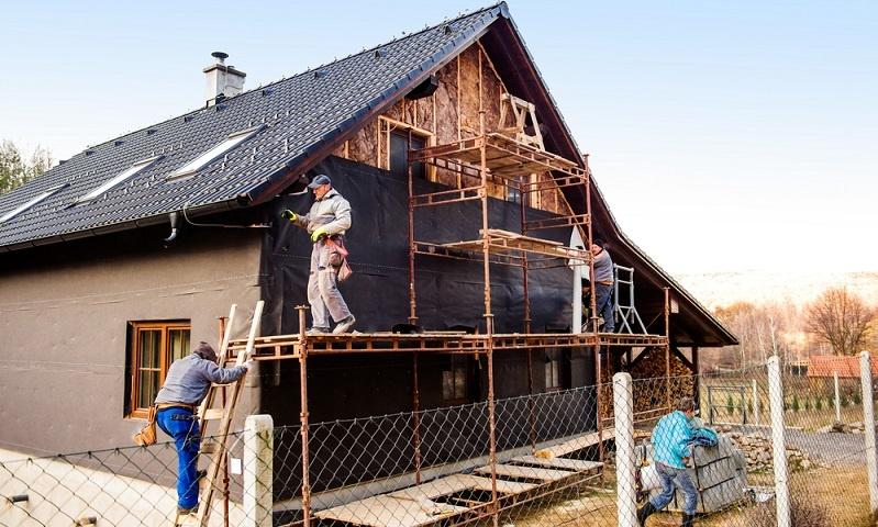 Viele <strong>Bestandsimmobilien</strong> können <strong>durch entsprechende Sanierungsmaßnahmen</strong> zu <strong>Energieeffizienzhäusern</strong> umgerüstet werden.  ( Foto: Shutterstock- Halfpoint)
