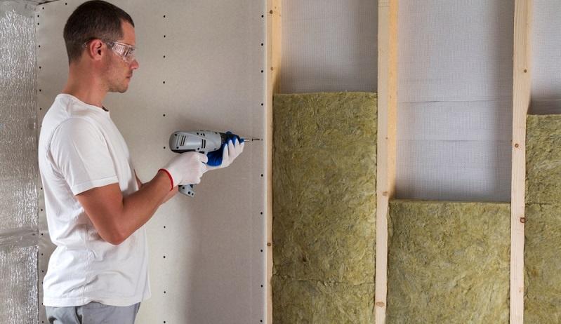 Um den Primärenergiebedarf in einem Gebäude zu senken, kommt es vor allem auch auf die richtige Dämmung an.  ( Foto: Shutterstock-_Bilanol )
