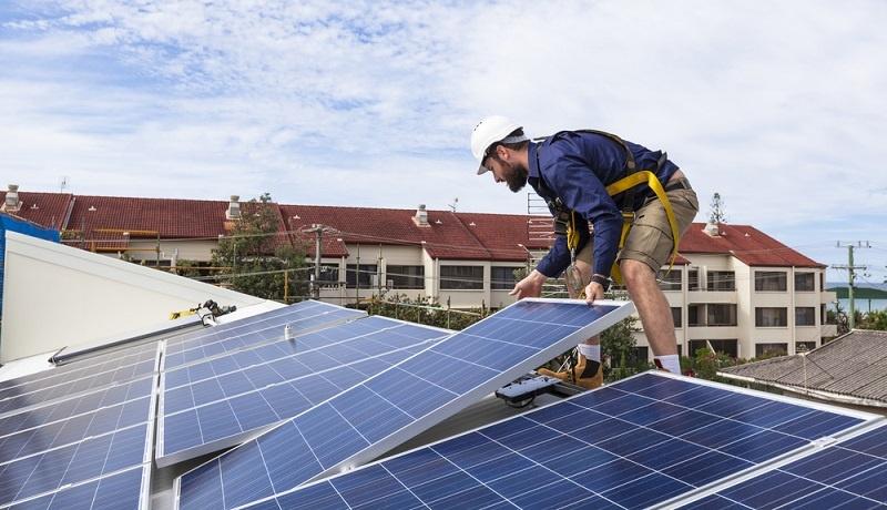 Solarthermieanlagen nutzen ebenfalls passive Energieressourcen und können auf dem Dach der Gebäude angebracht werden.  ( Foto: Shutterstock- zstock_)