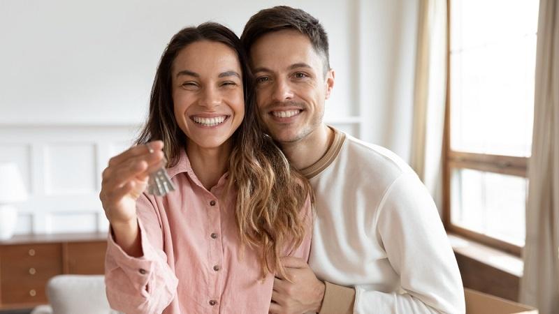 Der Mietkauf ist eine Alternative zur regulären Immobilienfinanzierung und für Kaufinteressenten sinnvoll, die einer Kreditwürdigkeitsprüfung nicht standhalten.  ( Foto: Shutterstock- Fizkes)