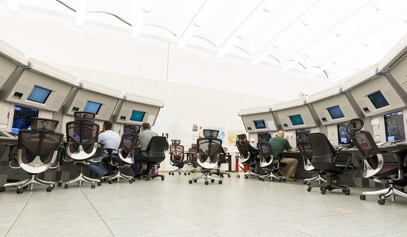 Auch die Arbeit in der Leitwarte bei der Lufthansa ist von der funktionierenden Technik abhängig, die sich rasant entwickelt und die schon wenige Jahre nach der Installation als veraltet gilt. ( Foto: Shutterstock-_Belish  )