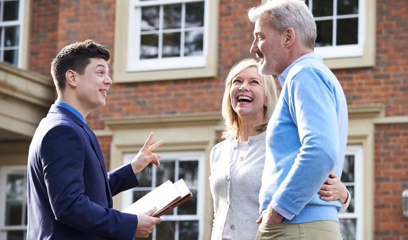 Wer im Bereich Immobilienmanagement angestellt tätig ist, kann auch ein eigenes Immobilienbüro eröffnen und im Folgenden selbstständig tätig sein.  (Foto: Shutterstock-SpeedKingz)