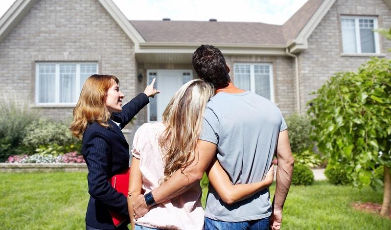 Natürlich können auch Quereinsteiger im Immobilienmanagement oder als Immobilienmakler tätig werden, dann ist allerdings meist eine gewisse Praxiszeit Voraussetzung, zudem müssen die nötigen Beziehungen zu Immobilienbüros vorliegen, um in die Branche hineinschnuppern zu können.  ( Foto: Shutterstock-_kurhan)